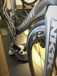 A tahle? Taky! Nás jen tak nenachytáte - zásoby DMT střevíčků pro cyklisty a cyklistky všech kategorií tady na vás čekají. A kdybyste k těm botkám potřebovali vědět něco víc - pak si pomůžeme třeba (malinko poupraveným) textem staré hitovky These boots are made for walking:   Tyto boty jsou vyrobeny, aby šlapaly,  a přesně to taky budou dělat! Jednoho dne tyhle boty i (za) tebe pošlapou ...