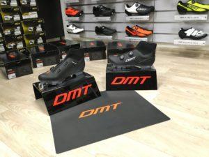 Nyní něco pro vyznavače terénu! Pro Vás tu máme tretry DMT DWM1 2018…