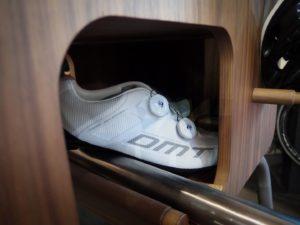 Když už tu pizzu přivezete před dům, třeba ji zákazník bud chtít až ke dveřím - třeba do patra - pak s sebou v pohodě uvezete třeba i přezůvky - značkové! :-)